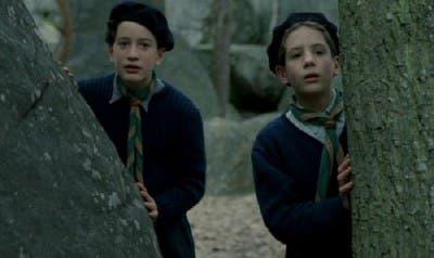 Dos niños en el bosque