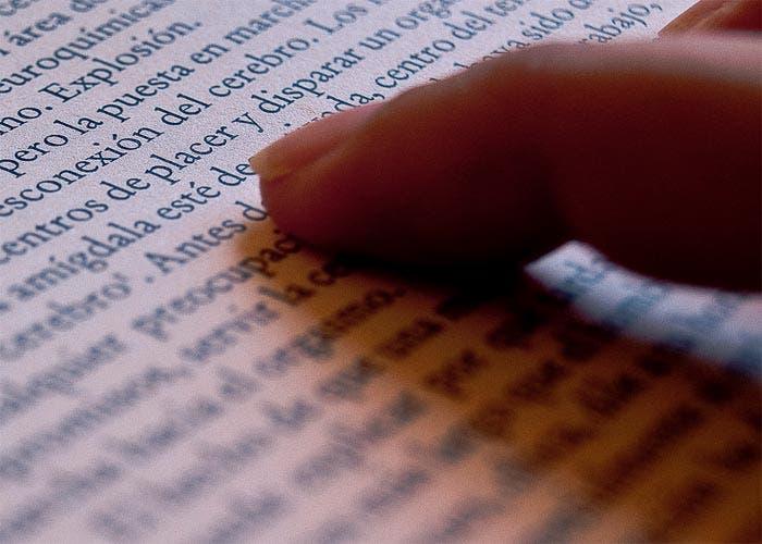 Detalle de libro señalando la palabra placer