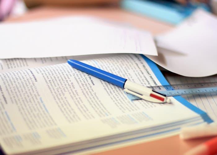 Libro de texto y bolígrafo