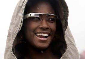 Imagen de una persona con la gafas Google Glass puestas