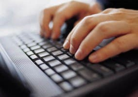 Hombre escribiendo en el ordenador