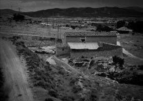 Casa abandonada y solitaria en blanco y negro