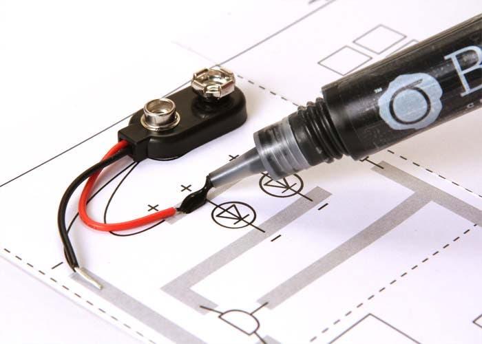 Detalle pintando circuito electrico con pintura conductora