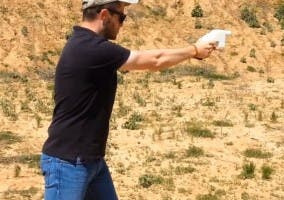 Hombre usando la pistola imprimida en 3D Liberator