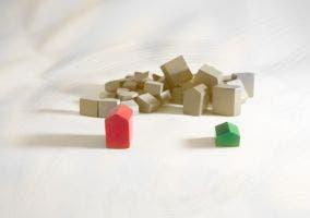Casas y hoteles del Monopoly en blanco y negro selectivo