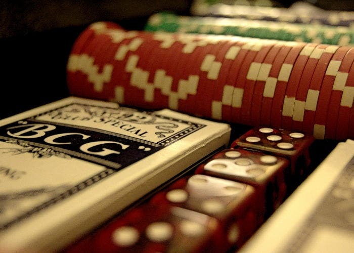 Fichas y cartas de póker