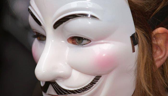 Mujer con la careta de Anonymous