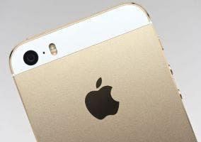 Parte trasera de un iPhone 5s dorado