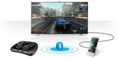 Smartphone conectado mediante cable HDMI al televisor