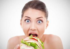 Imagen de una mujer comiendo