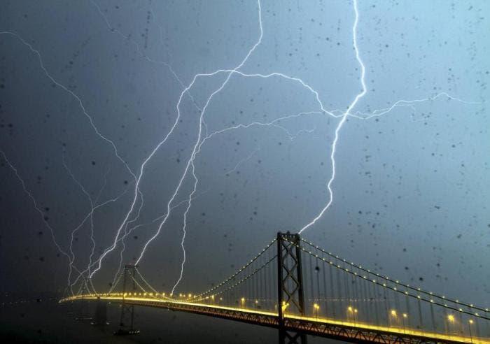 Tormenta de rayos en el Bay Bridge, California