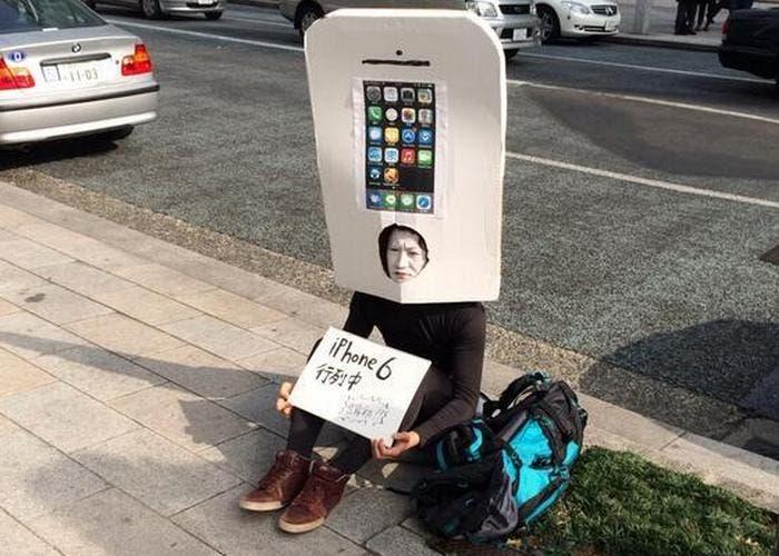 Japonés hace cola para comprar el iPhone 6