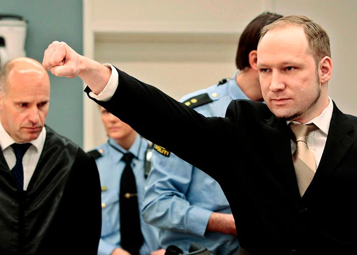 Breivik alzando la mano