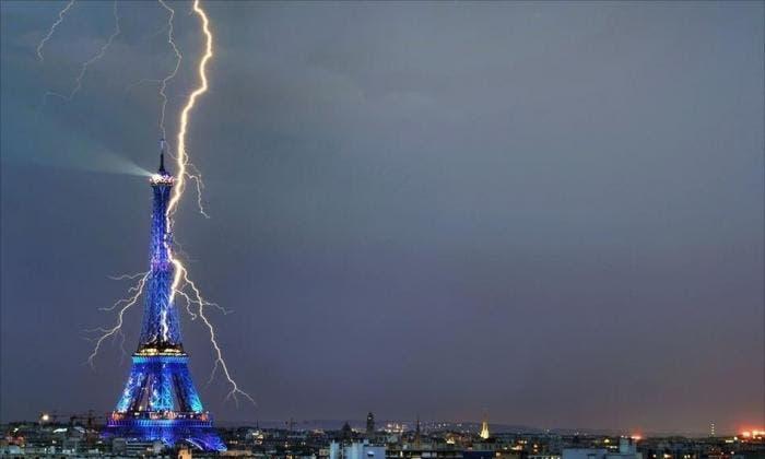 Torre Eiffel impactada por un rayo