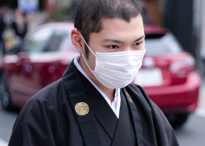 Japonés con una mascarilla quirúrgica