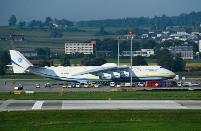 An-225 aparcado