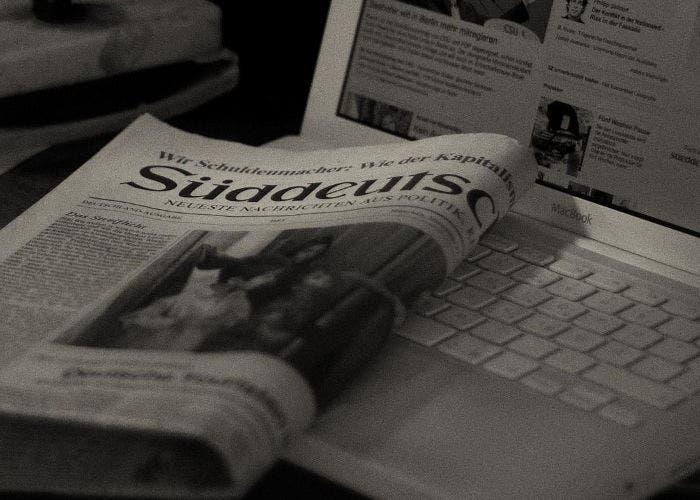 Periódico junto a un ordenador
