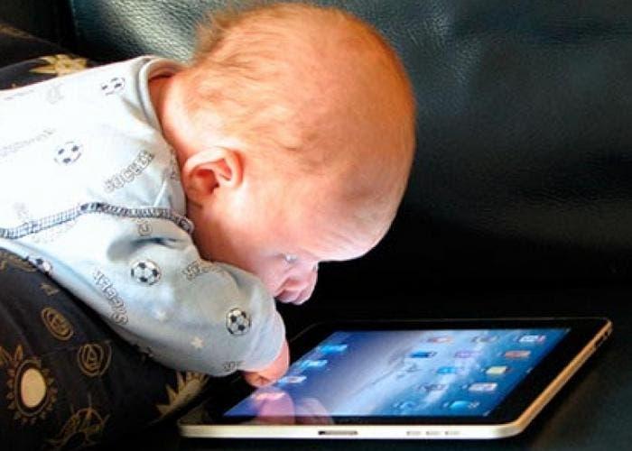 Bebé adicto a la tablet