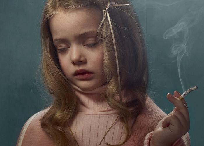 Niña fumando