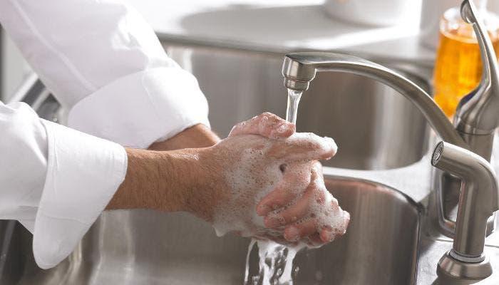Hombre lavando las manos