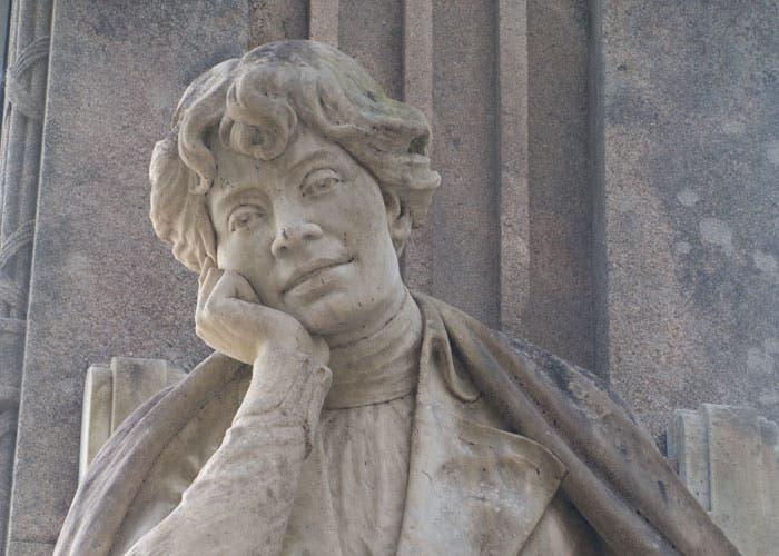 Escultura de una mujer en Santiago de Compostela