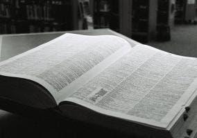 Fotografía de un diccionario