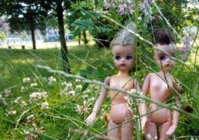 Muñecas desnudas en un parque