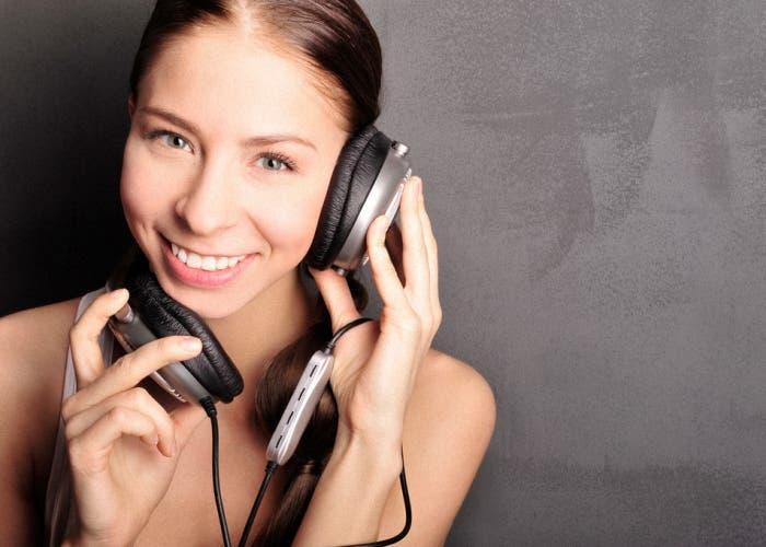 mujer escuchando musica