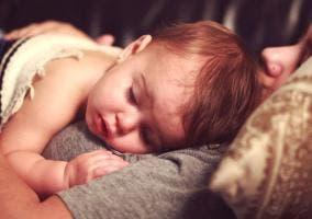Niño enfermo en manos de su madre