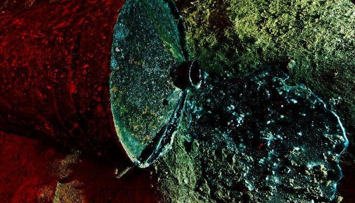 Imagen de una bidón vertiendo residuos