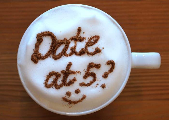 Café decorado con canela