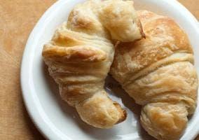 Dos croissants en un plato