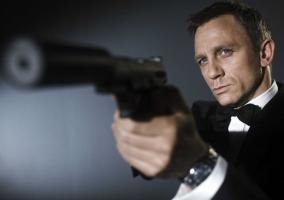 James Bond y su pistola con silenciador
