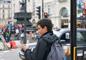 Peatón con un smartphone