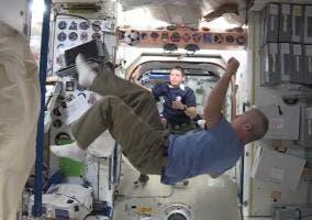 Jugando al fútbol en la ISS