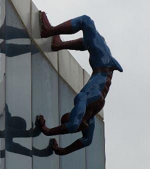 Spider-Man visto desde un lateral
