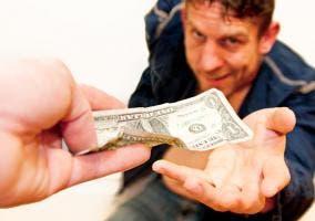 Imagen en la que se entrega un billete de un dólar