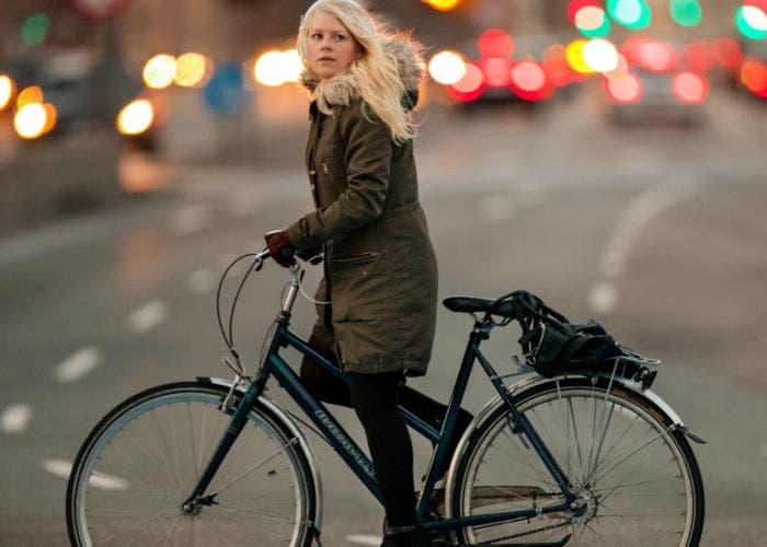Mujer en bicicleta por Copenhage