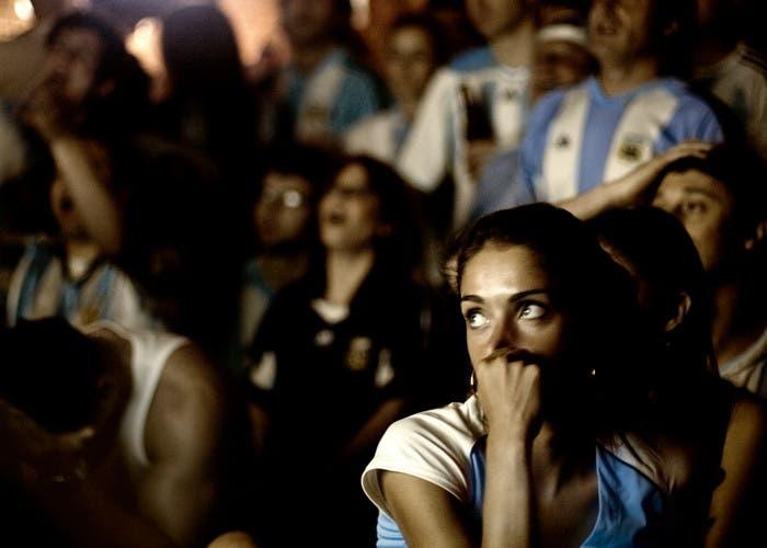 Aficionados viendo fútbol