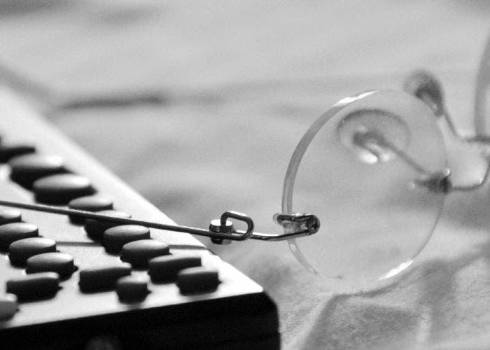 Gafas junto a un mando de TV