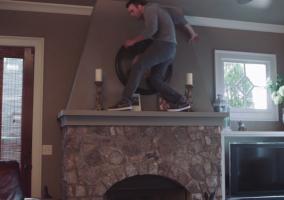 Una persona subida a una chimenea como si fuera un gato