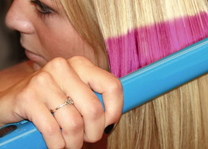 Plancha que tiñe el pelo