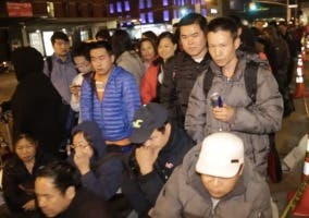 Gente haciendo cola para el iPhone 6