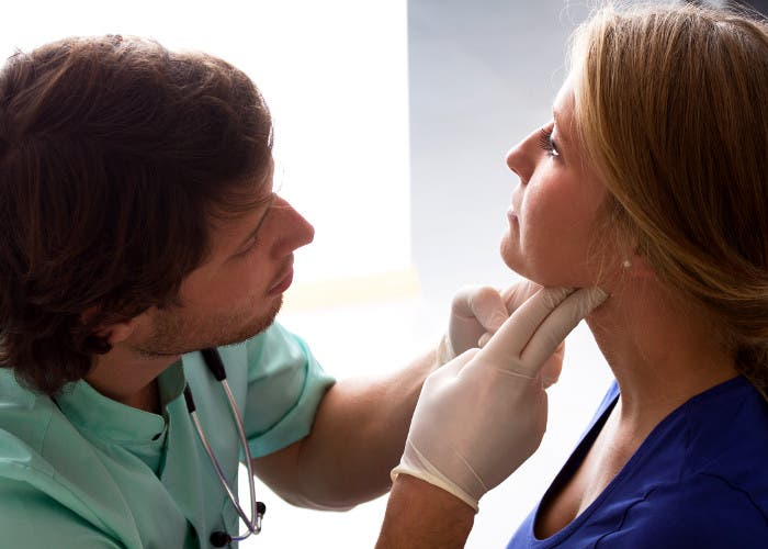 Médico tocando a una paciente