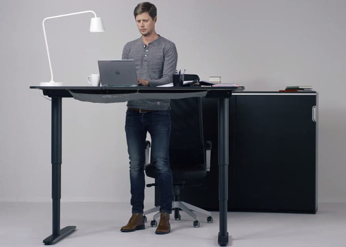 La mesa bekant de ikea es regulable en altura - Mesa regulable en altura ikea ...