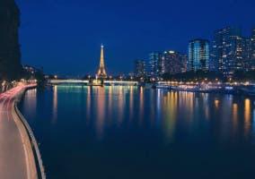 El río Sena con la Torre Eiffel de fondo