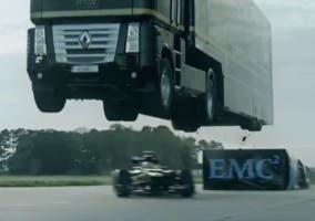 Camión saltando encima de un Fórmula 1
