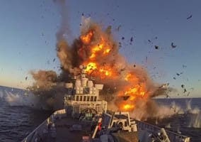 Misil impactando contra una fragata