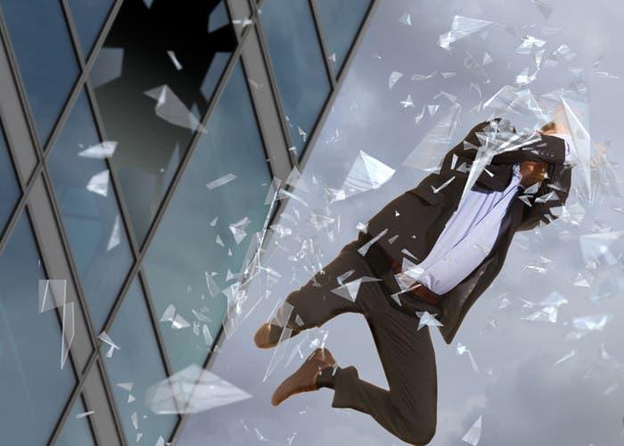 Hombre saltando de un edificio