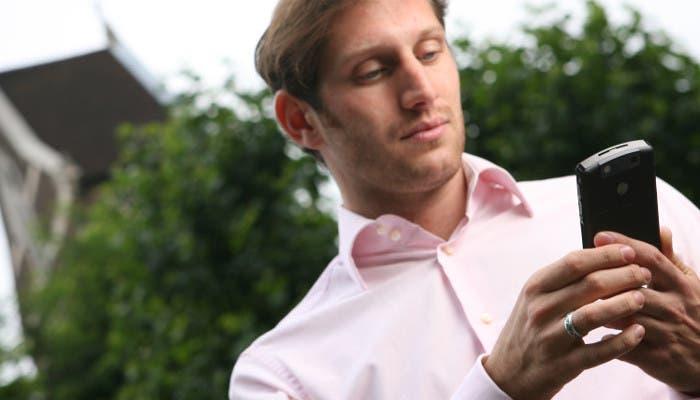 Hombre usando un smartphone